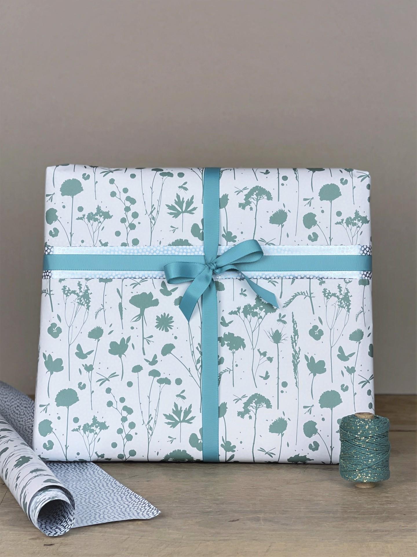 Geschenkpapier doppelseitig weiß/blau floral