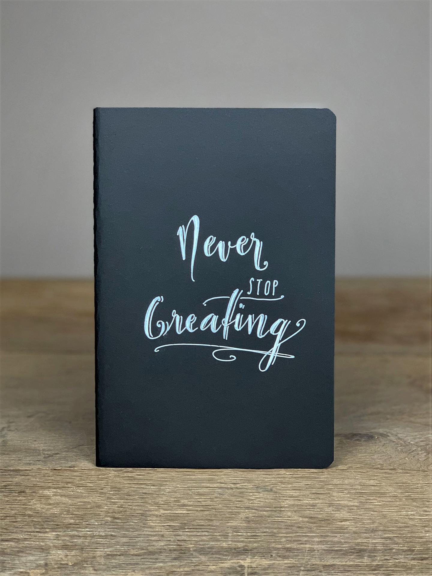 Heft B5 Schriftzug Never stop creating schwarz H7